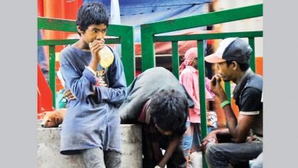 Derelict street children susceptible to drug addiction