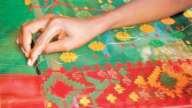 N'ganj Jamdani weavers working overnight to grab Eid market