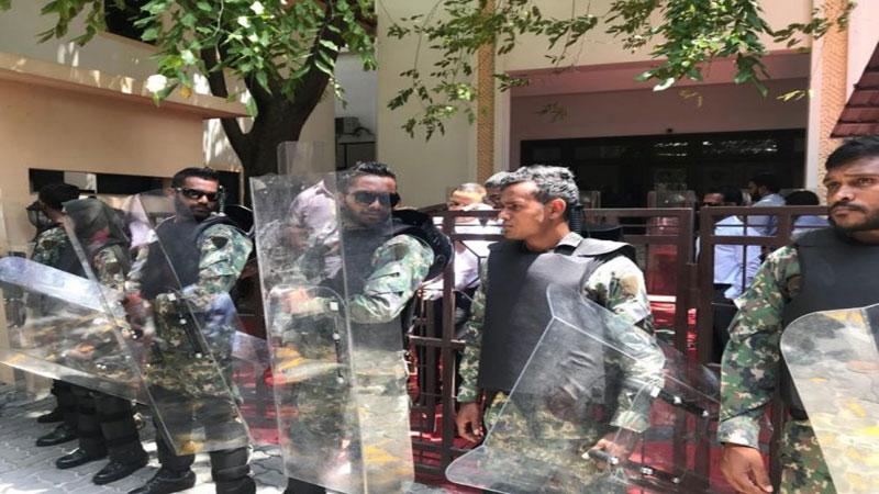 Maldives army seals off parliament, arrests MPs