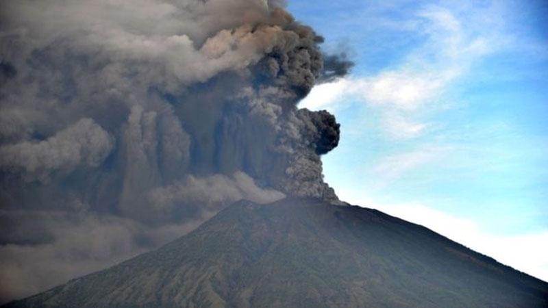 Bali's Mount Agung spews ash up to 4,000m