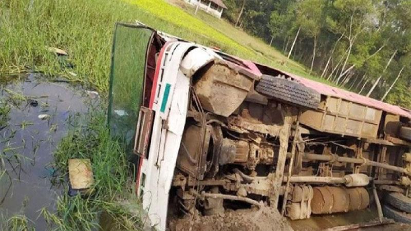 25 CU students injured in Chattogram road crash