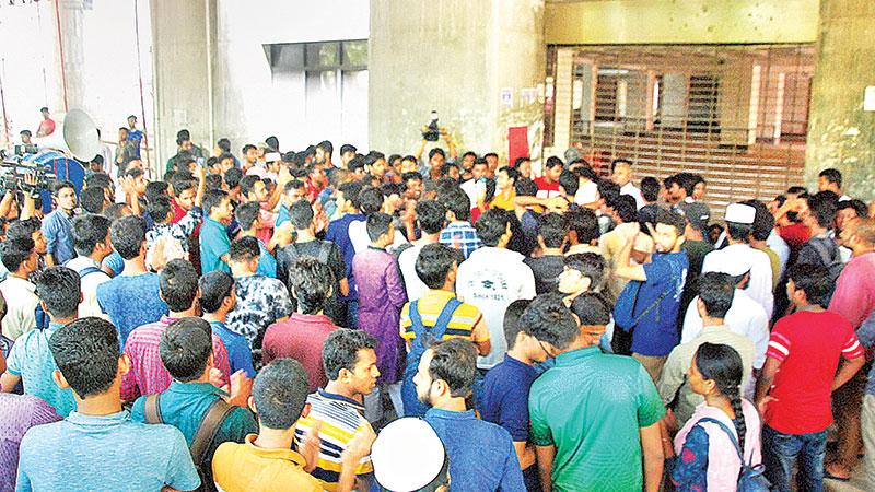 DU students continue class boycott, lock admin building