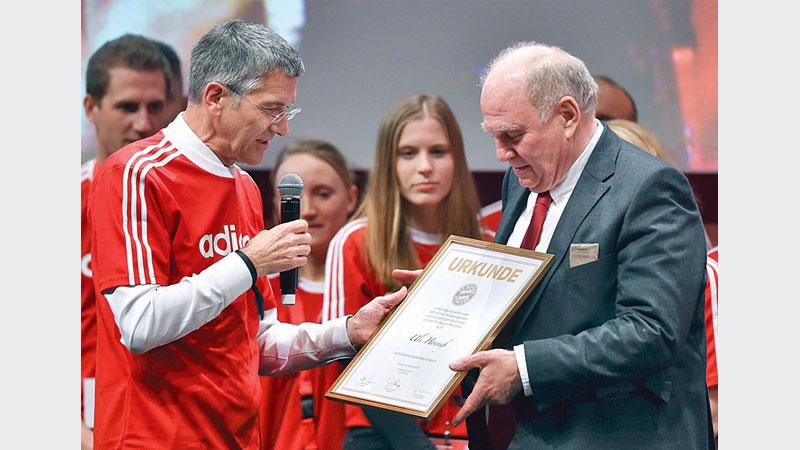 Hoeness steps down at Bayern