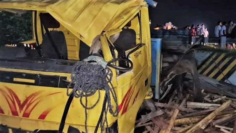6 killed as truck overturns in Madaripur