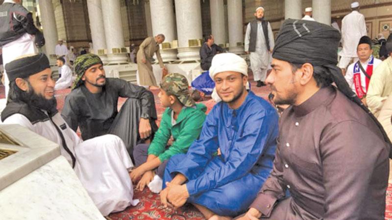 Shakib, Nafees perform Umrah Hajj
