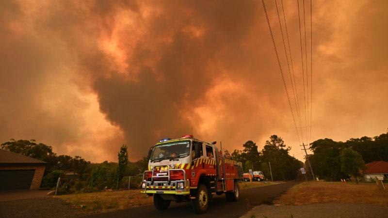 Bushfires reach Melbourne as heatwave fans Australia blazes