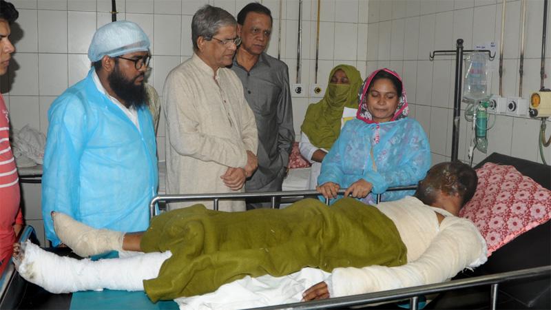Fakhrul visits Chawkbazar fire victims at DMCH