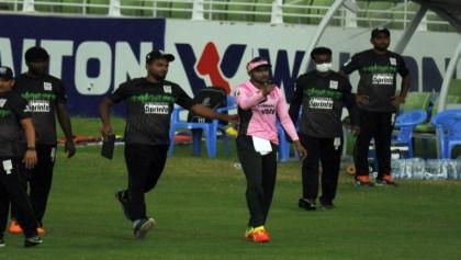 Shakib apologises after thrashing and kicking stumps