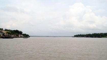 Influentials bar fishermen from fishing in Ichhamati River
