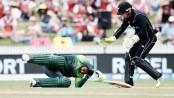 Shoaib Malik suffers blow to head in Hamilton